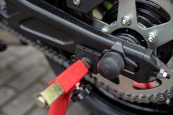 motorradstaender-hinten-universal-ricambi-weiss-schwinge-kawasaki-z650-motorradheber-montagestaender-motorrad