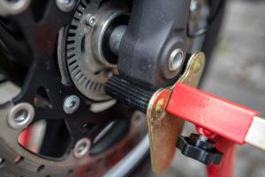 motorradstaender-vorne-montagestaender-hinten-motoradständerset-ricambi-weiss-rot-1200px-14-300x200
