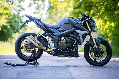 suzuki-gsr750-gsr-750-schwarz-matt-streetfighter-www_motorradstaender-wippe_de