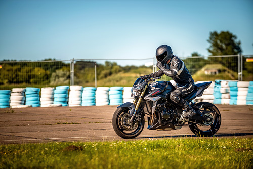 suzuki-gsr750-www_motorradstaender-wippe_de-motorradstaender-peenemuende-motorrad-schwarz-axel